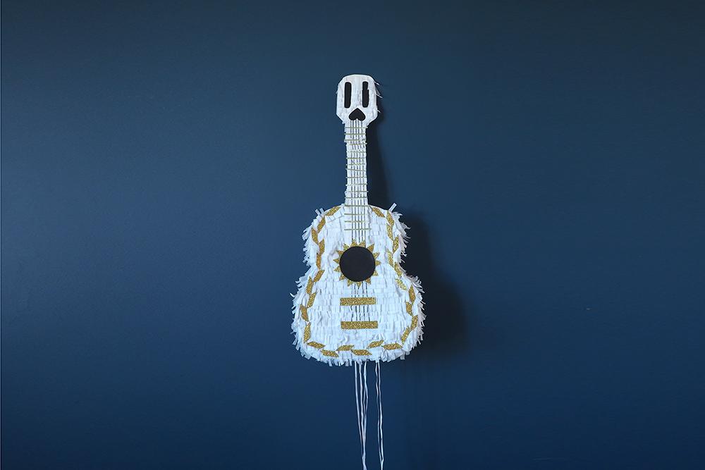 DIY pinata guitare anniversaire coco