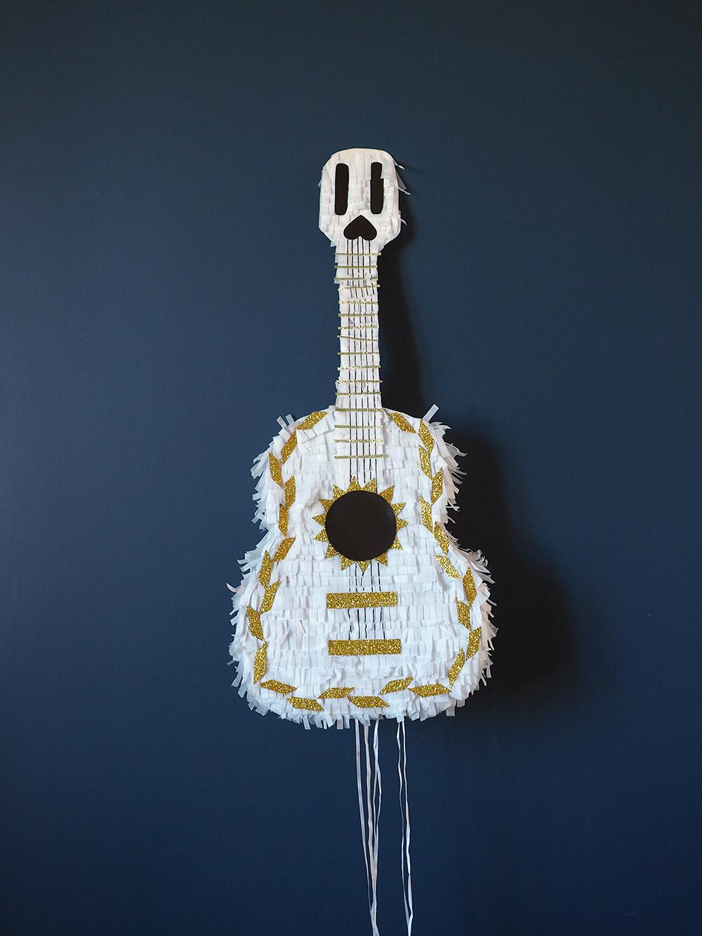 Un DIY facile pour fabriquer la pinata guitare de Coco pour un anniversaire